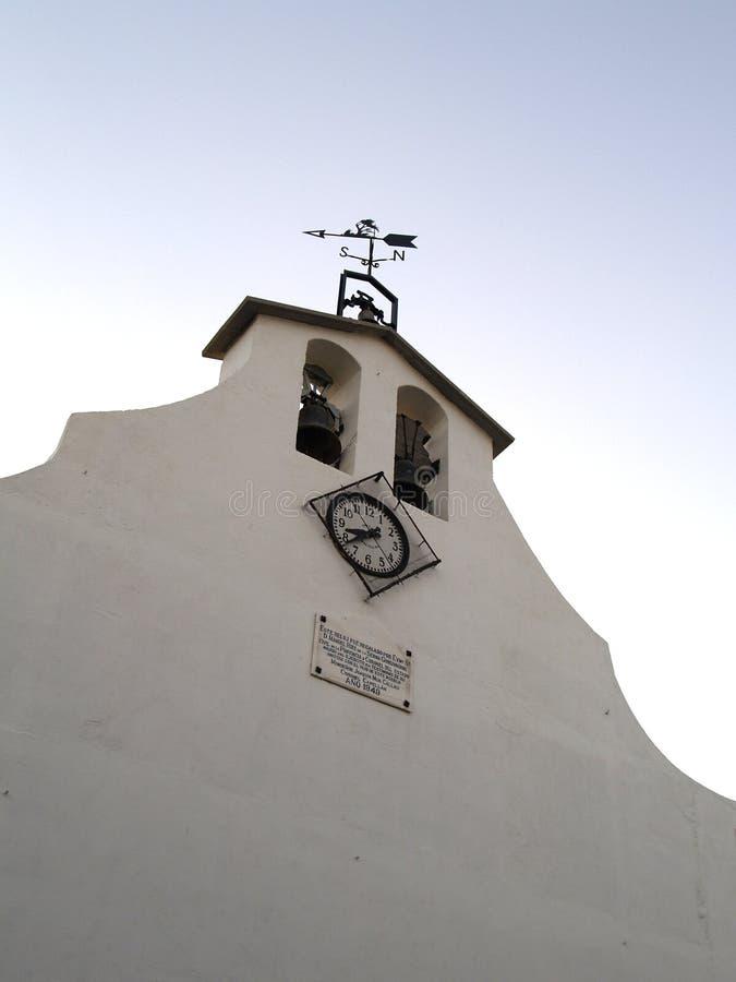 Frontaal van een kerk en een bies met klok in Laspuña, de Pyreneeën royalty-vrije stock afbeelding