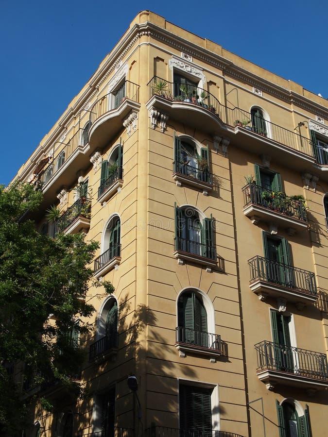 Frontage giallo della costruzione, centro di Barcellona, Spagna immagine stock libera da diritti