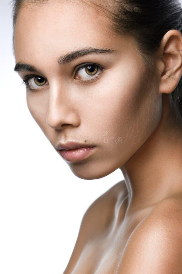 Frontal clean skönhetstående av en ung flicka royaltyfri fotografi
