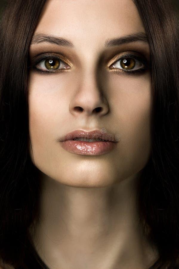 Frontal closeupstående av en ung flicka arkivfoto