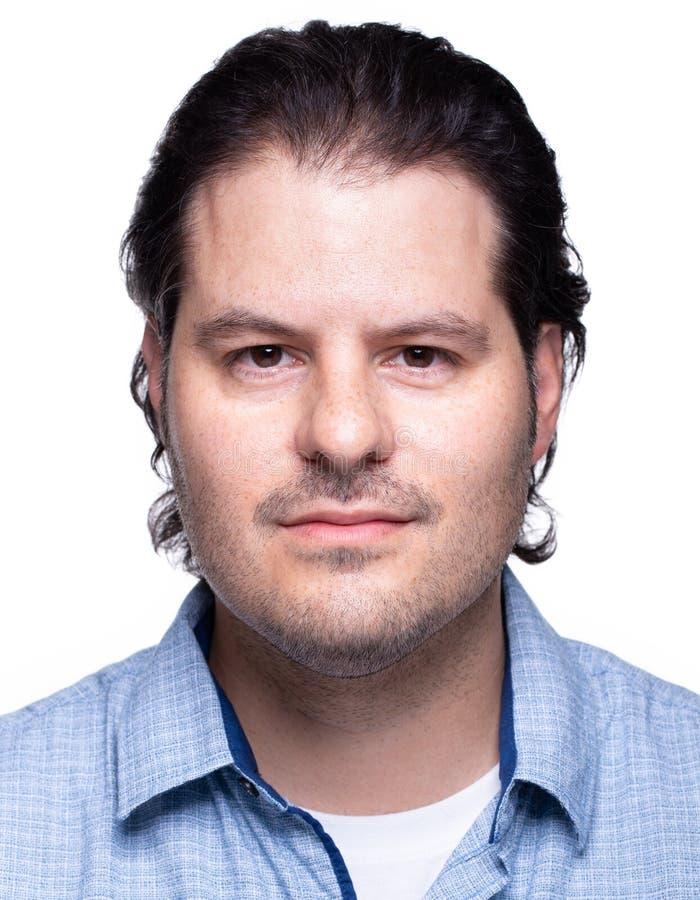 Frontal manligt passfoto som isoleras p? vit bakgrund EU-standardisering fotografering för bildbyråer