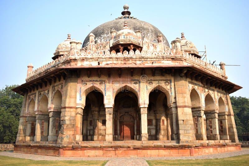 Frontal sikt av Isas Khans gravvalv i den Delhi staden royaltyfria foton