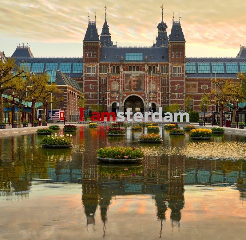 Frontal sikt av Rijksmuseumen i Amsterdam, Nederländerna royaltyfri foto