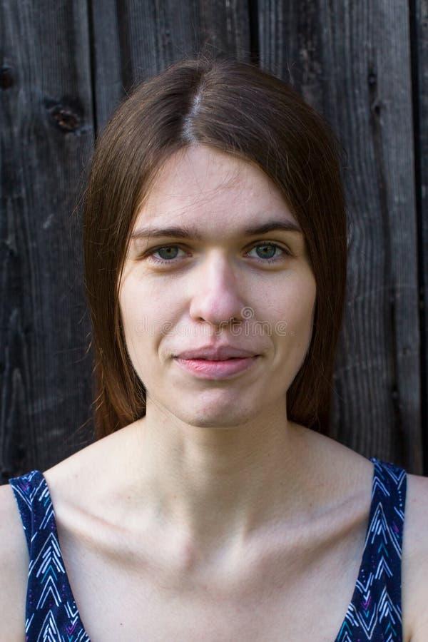 Frontal stående av en ung kvinna med den långa hårcloseupen arkivfoto