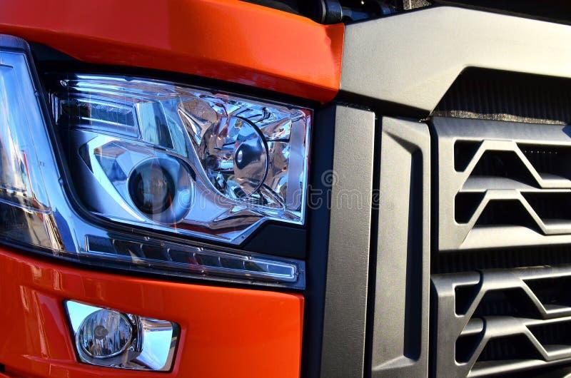 Frontal tändande produkter för på-huvudväg medel, som inkluderar inbyggda dagspringljus och strålmodeller Bi-Xenon royaltyfri illustrationer