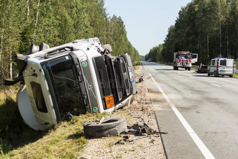 frontale botsing van Volvo en vrachtwagen met tanker voor vervoer van benzine , in Letland op de A9 weg, 17 Augustus, 2018 stock foto's