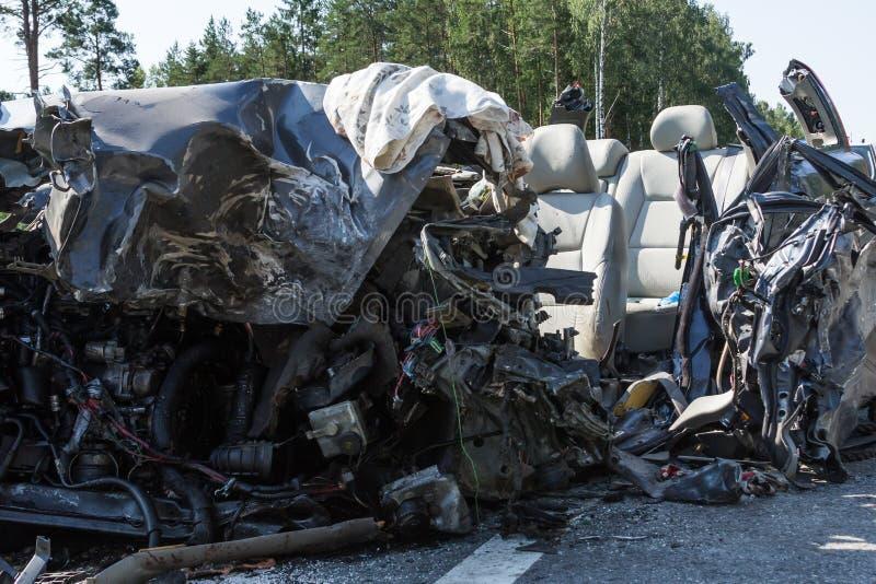 frontale botsing van Volvo en vrachtwagen met tanker voor vervoer van benzine , in Letland op de A9 weg, 17 Augustus, 2018 stock afbeelding