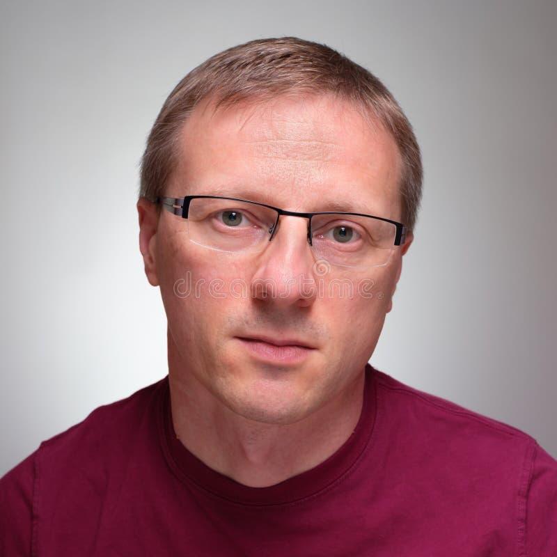 Frontaler Porträtmann mit Gläsern lizenzfreie stockbilder