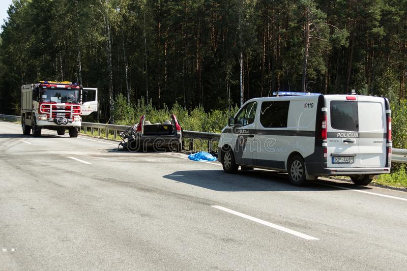 frontaler Zusammenstoß von Volvo und von LKW mit Tanker für Transport des Benzins , in Lettland auf der Straße A9, am 17. August  lizenzfreies stockfoto