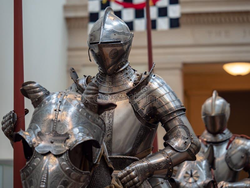 Frontansicht eines marschierenden Ritters, der für ein Turnieren in pl sich vorbereitet lizenzfreie stockfotos