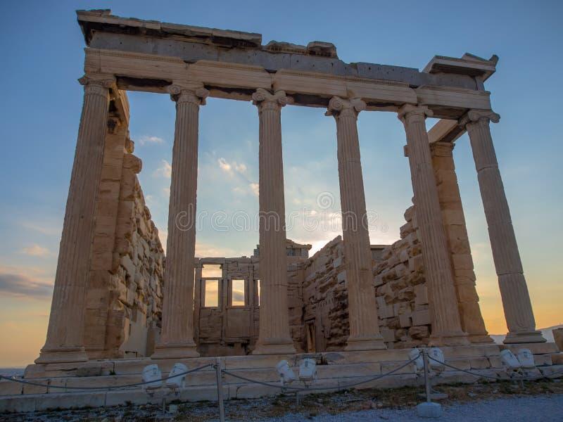 Frontansicht von Erechtheion auf Akropolise, Athen, Griechenland bei Sonnenuntergang stockfotos