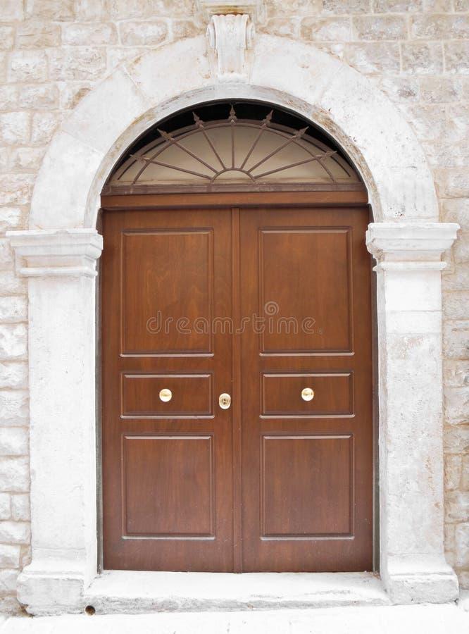 Frontdoor di legno con il blocco per grafici di marmo. fotografie stock libere da diritti