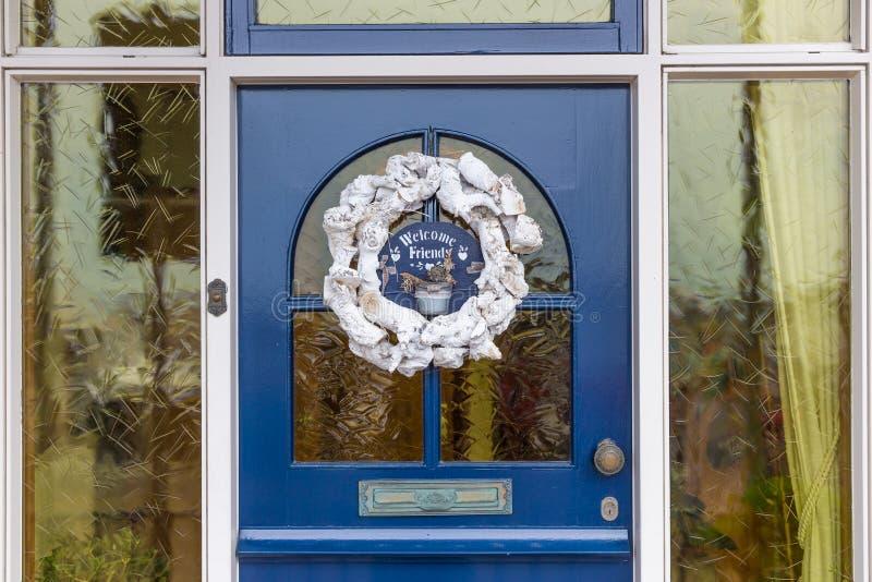 Frontdoor di legno della casa con la decorazione immagini stock libere da diritti
