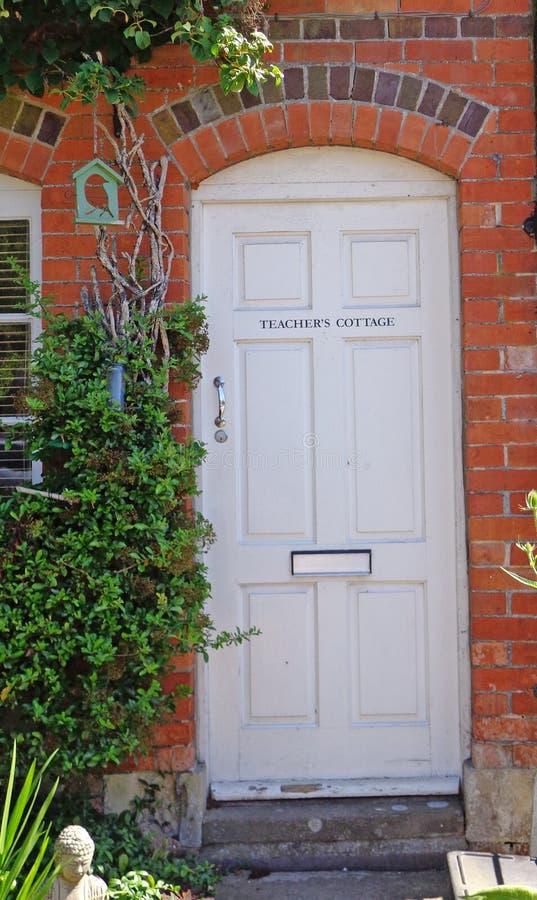 Frontdoor inglese del cottage del ` s dell'insegnante in Avebury immagine stock
