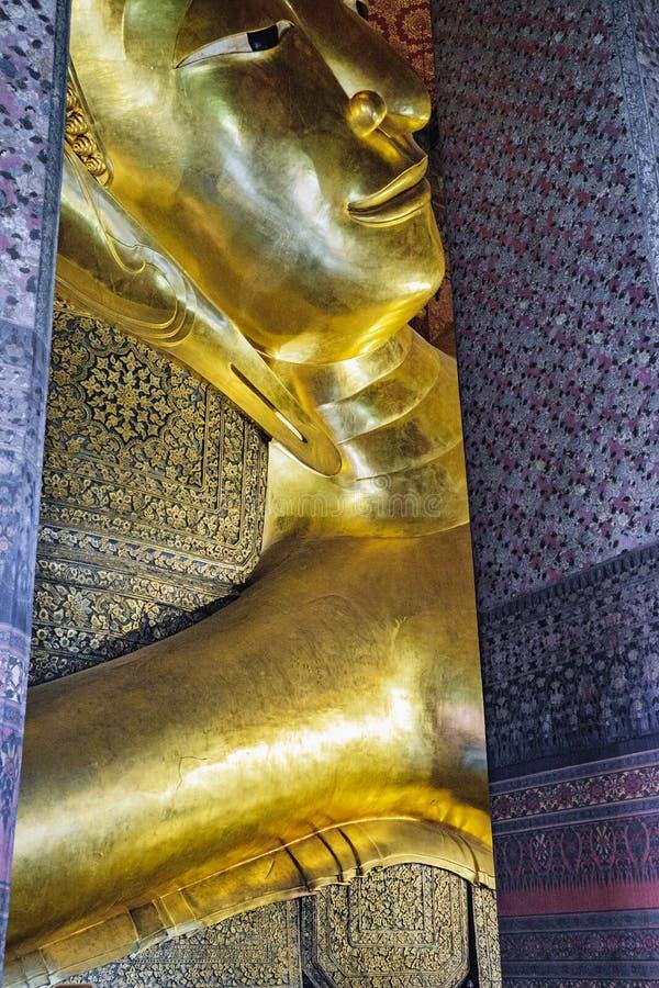 Fronte adagiantesi della statua dell'oro di Buddha in Wat Pho, Bangkok, Tailandia fotografia stock libera da diritti