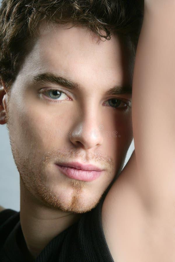 Fronte al giovane ritratto bello dell'uomo della macchina fotografica fotografie stock