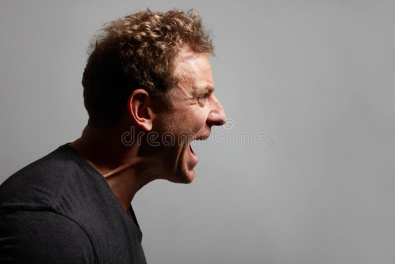 Fronte arrabbiato di profilo dell'uomo fotografia stock