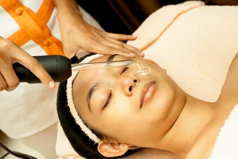 Fronte asiatico della donna al trattamento facciale immagine stock libera da diritti