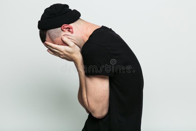Fronte chiuso dell'uomo irriconoscibile con le mani fotografie stock