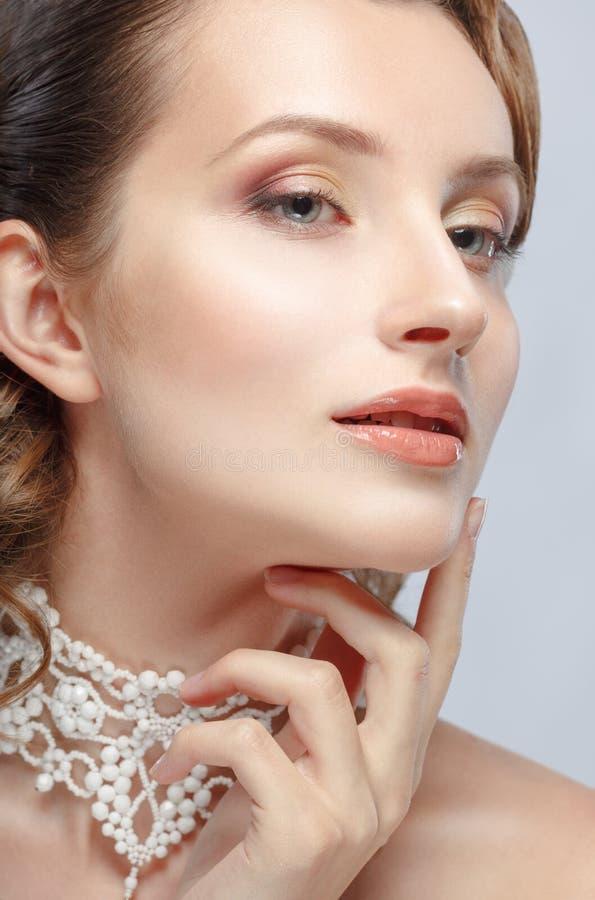Fronte commovente della bella giovane donna di fascino del ritratto di bellezza immagini stock
