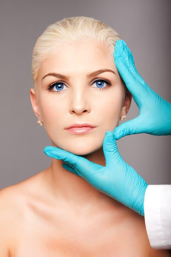 Fronte commovente di estetica del chirurgo plastico cosmetico immagini stock