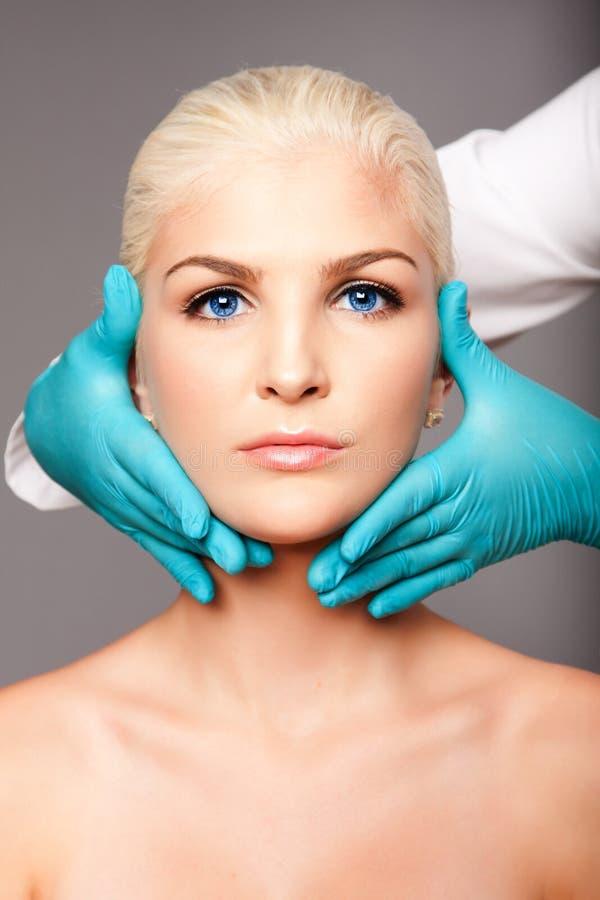 Fronte commovente di estetica del chirurgo plastico cosmetico fotografia stock libera da diritti