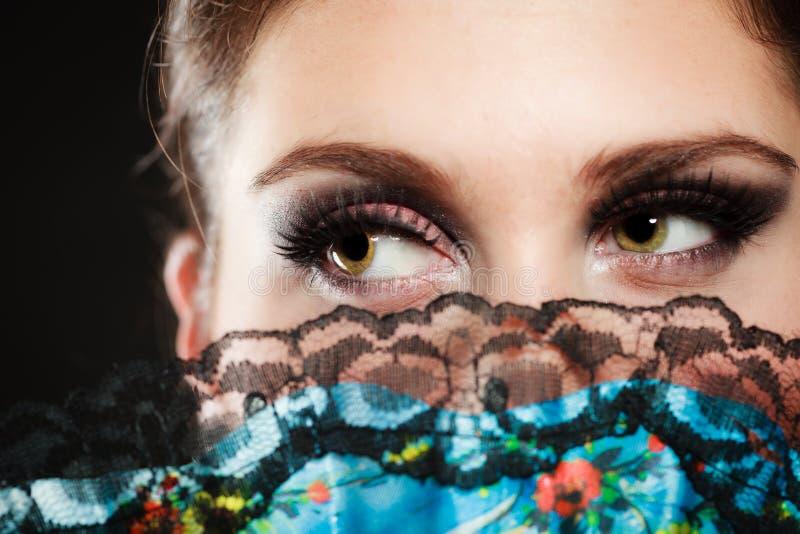Fronte del ballerino di flamenco della ragazza nascosto dietro il fan immagini stock libere da diritti