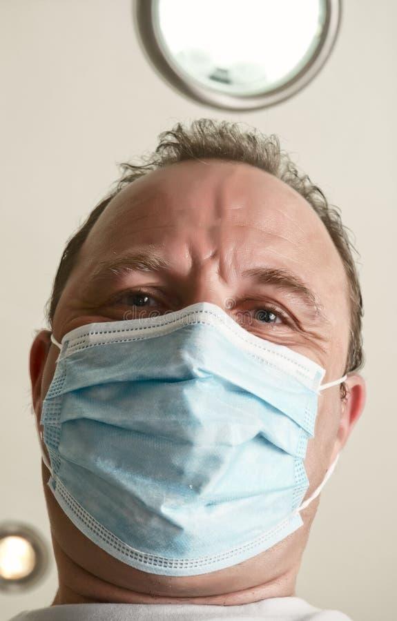 Fronte del medico in un primo piano della mascherina. immagini stock libere da diritti