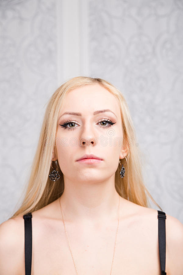 Fronte del modello di moda professionale attraente con capelli biondi fotografia stock