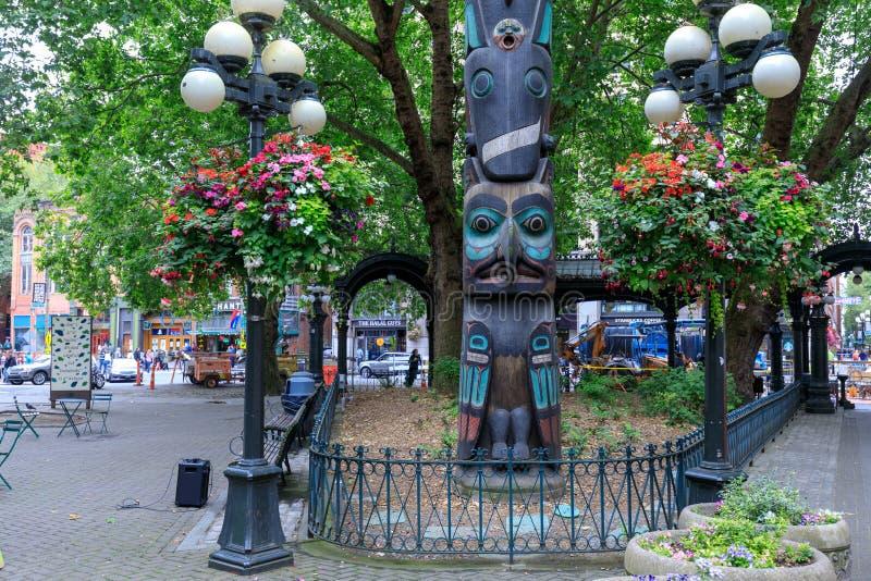 Fronte del palo di totem tlingit sul quadrato pionieristico a Seattle Il quadrato pionieristico era centro urbano in cui i fondat immagini stock
