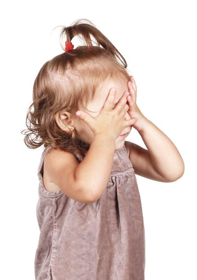 Fronte del pellame della bambina nell'ambito delle mani, isolate su bianco immagine stock