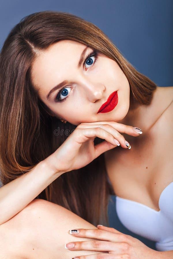 Fronte del primo piano della giovane donna con i bei occhi azzurri in biancheria intima Il concetto di bellezza e di salute immagine stock libera da diritti