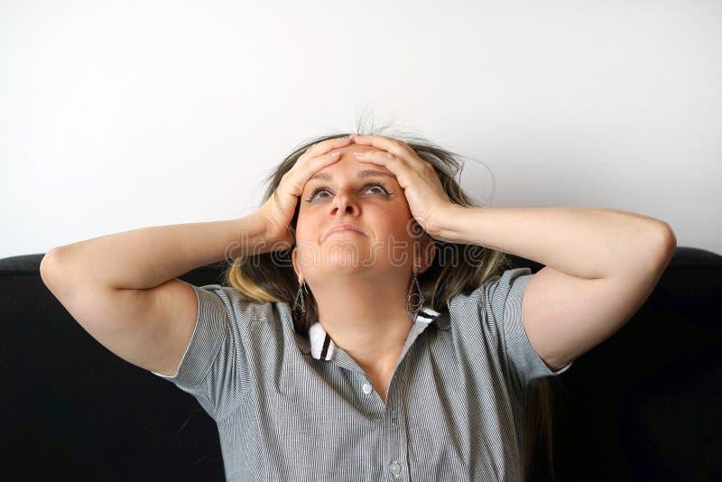 Fronte del primo piano di una ragazza emozionante nel profilo isolato immagini stock libere da diritti