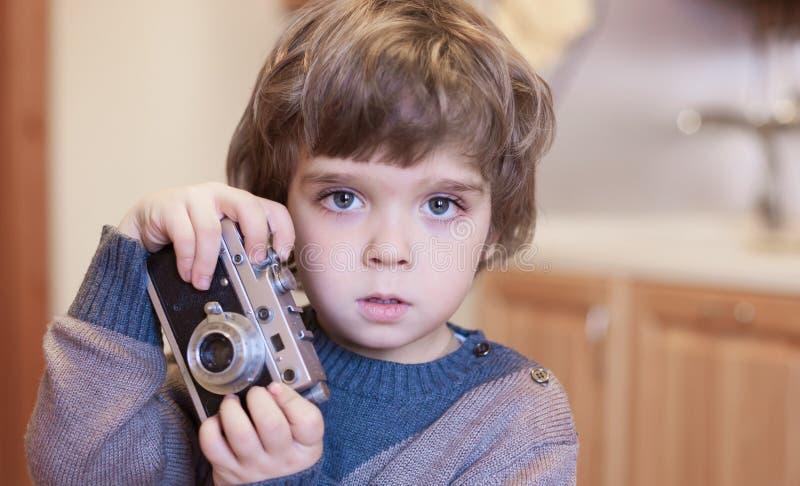Fronte del ragazzino, divertimento, macchina fotografica, fine su fotografia stock