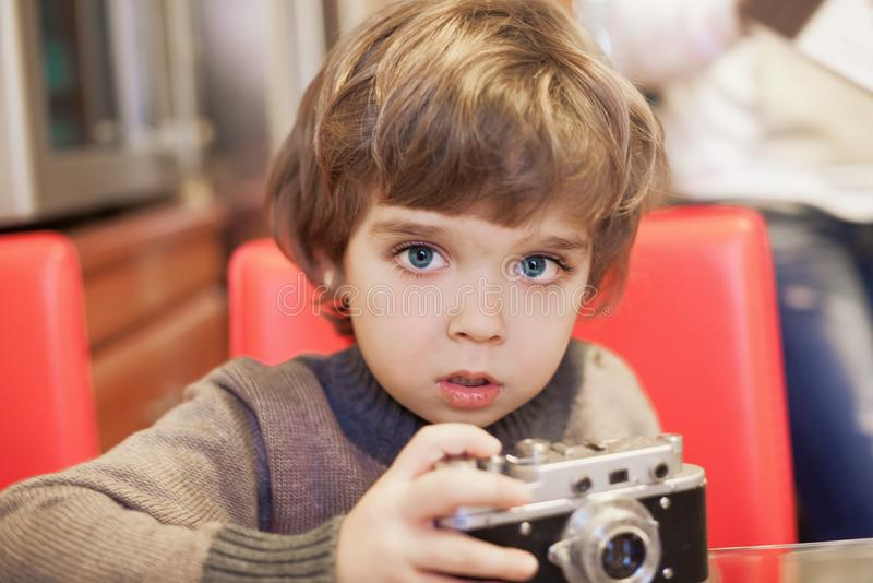 Fronte del ragazzino, divertimento, macchina fotografica, fine su immagini stock