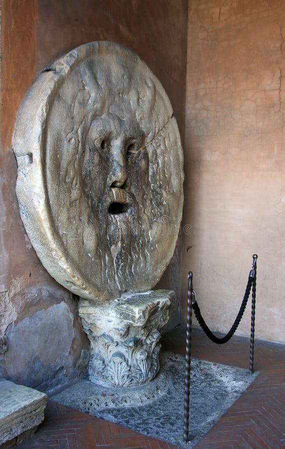 Fronte del tipo di uomo di marmo romano antico la bocca di verità fotografia stock