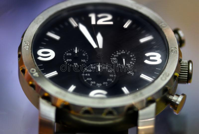 Fronte dell'orologio dell'uomo nella fine su immagini stock