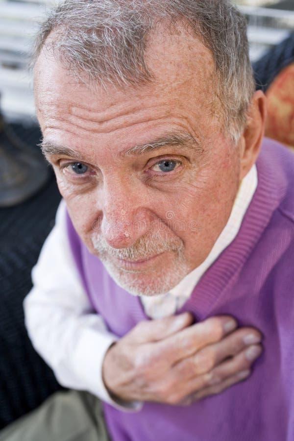 Fronte dell uomo anziano serio che fissa alla macchina fotografica