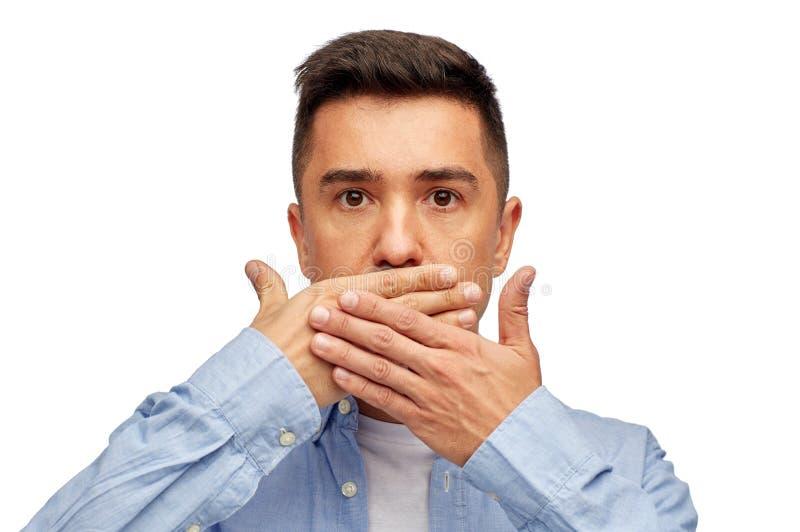Fronte dell'uomo che copre il suo bocca di palma della mano fotografia stock