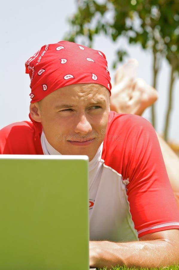 Fronte dell'uomo e del computer portatile immagine stock libera da diritti