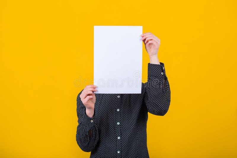 Fronte della copertura della donna facendo uso del foglio bianco fotografia stock libera da diritti
