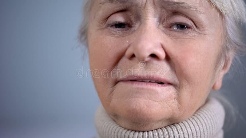 Fronte della donna anziana gridante depressa, insicurezza sociale, problemi sanitari, primo piano fotografia stock libera da diritti