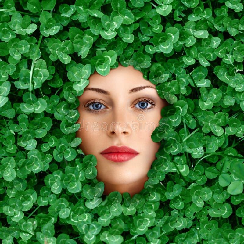 Fronte della donna circondato da erba immagine stock