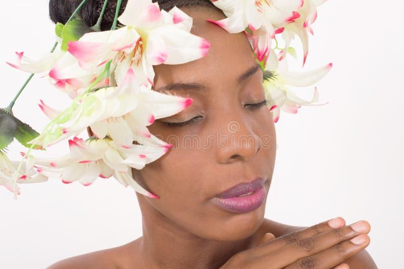 Fronte della donna con i fiori sulla testa immagini stock libere da diritti