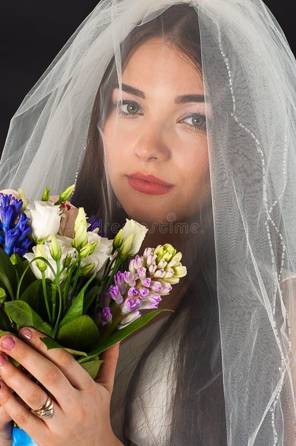 Fronte della donna con un mazzo delle rose fotografie stock