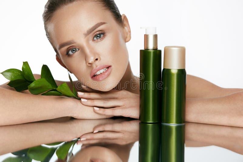 Fronte della donna di bellezza Bella femmina con i cosmetici naturali immagine stock libera da diritti