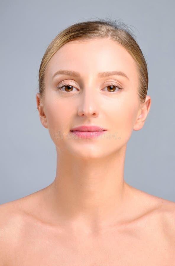 Fronte della donna dopo chirurgia plastica Ascensore antinvecchiamento di fronte e di trattamento immagine stock