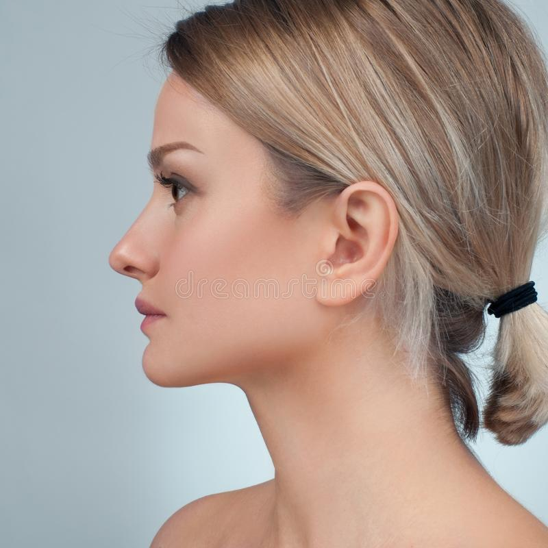 Fronte della donna dopo chirurgia plastica Ascensore antinvecchiamento di fronte e di trattamento fotografia stock