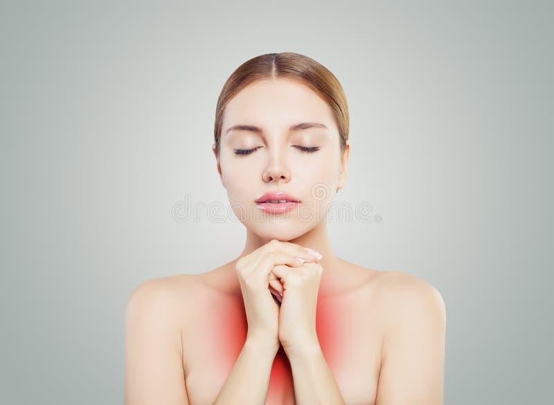 Fronte della donna Ragazza con il chiaro rilassamento della pelle La donna mette le mani sul petto su Grey Background immagine stock libera da diritti