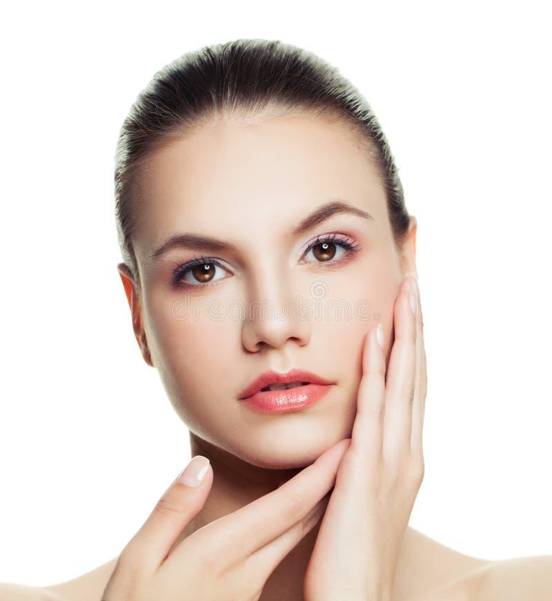 Fronte della giovane donna isolato su fondo bianco Trattamento facciale, immagine stock